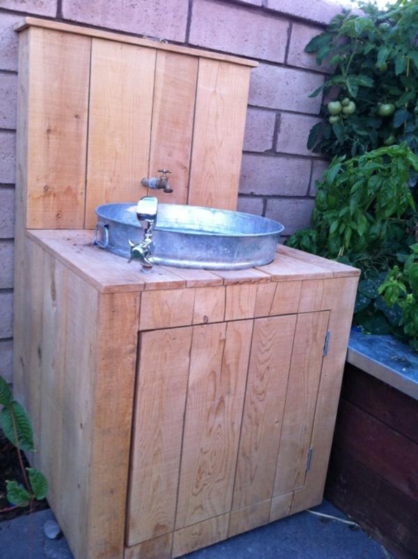 schöner-gartenschrank-aus-holz-mit-einem-waschbecken