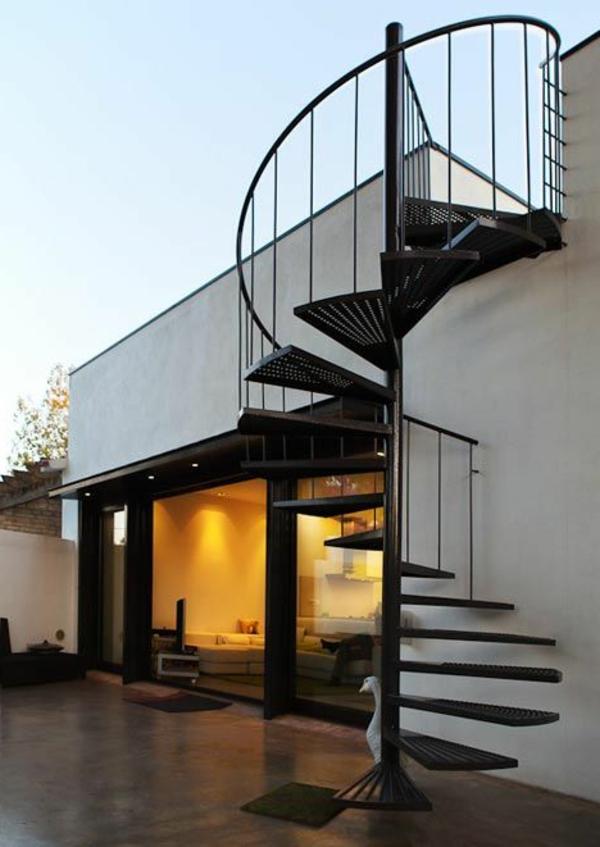 schönes-Exterior-moderne-Außentreppe-Spindeltreppe