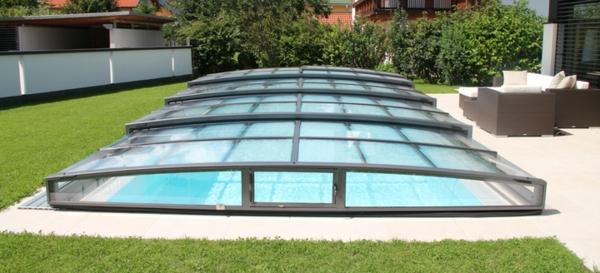 schönes-Pool-mit-einer-tollen-Überdachung-Schwimmbadüberdachung
