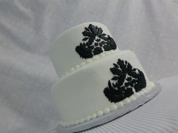 schicke-mehrstöckige-torte-zur-hochzeit-in-weiß-und-schwarz