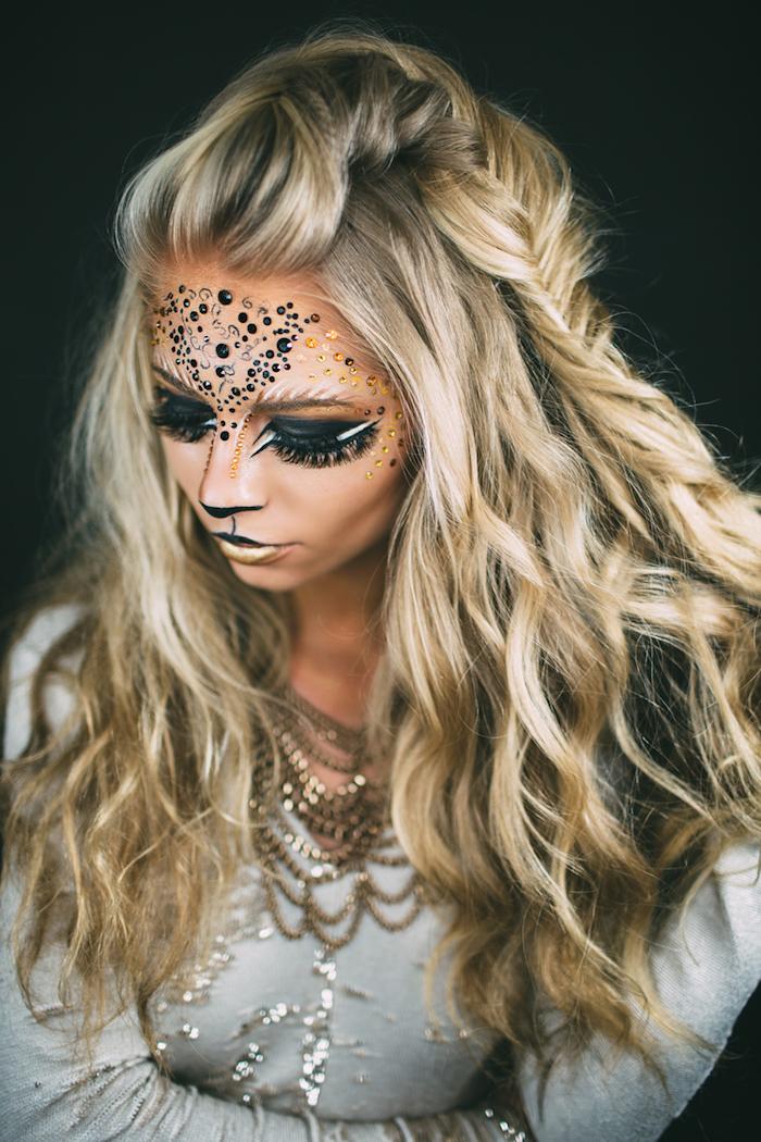 Katze Make up für Halloween, Kristalle auf der Stirn, schwarzer Lidschatten, goldener Lippenstift