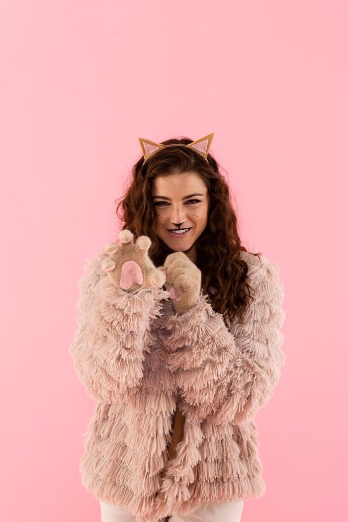 Katze Make up, Diadem mit Katzenohren, Pelzmantel und Handschuhe wie Katzenpfoten