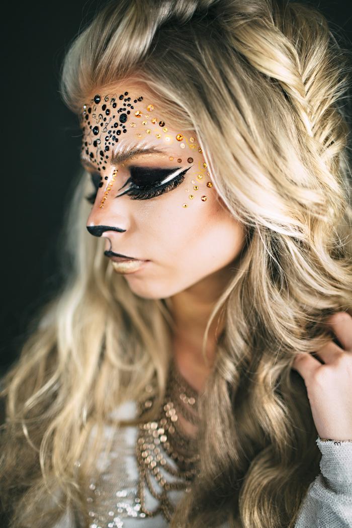 Make up Idee für Halloween, schwarze und goldene Kristalle auf der Stirn, schwarzer Lidschatten