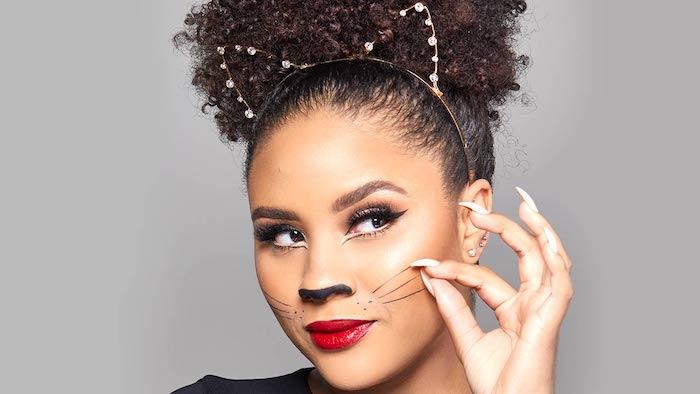 Einfaches und schnelles Halloween Make up, roter Lippenstift, Katzennase und Schnurrhaare malen, schwarzer Eyeliner und Diadem mit Katzenohren