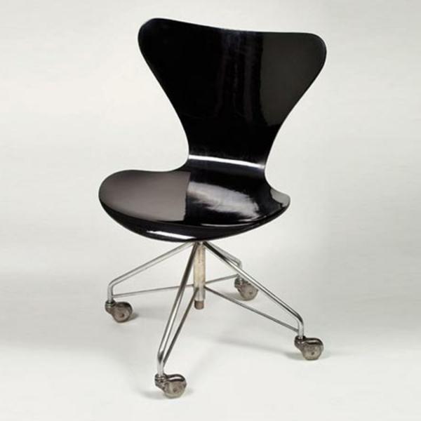 schwarzer-Drehstuhl-mit-innovativem-Design--