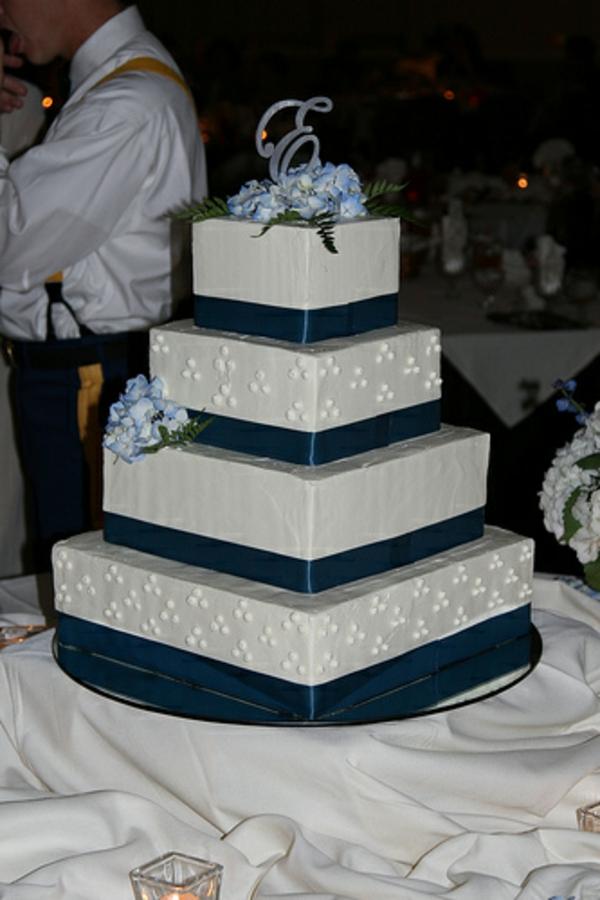 sehr-inspirierend-aussehende-mehrstöckige-torte-zur-hochzeit