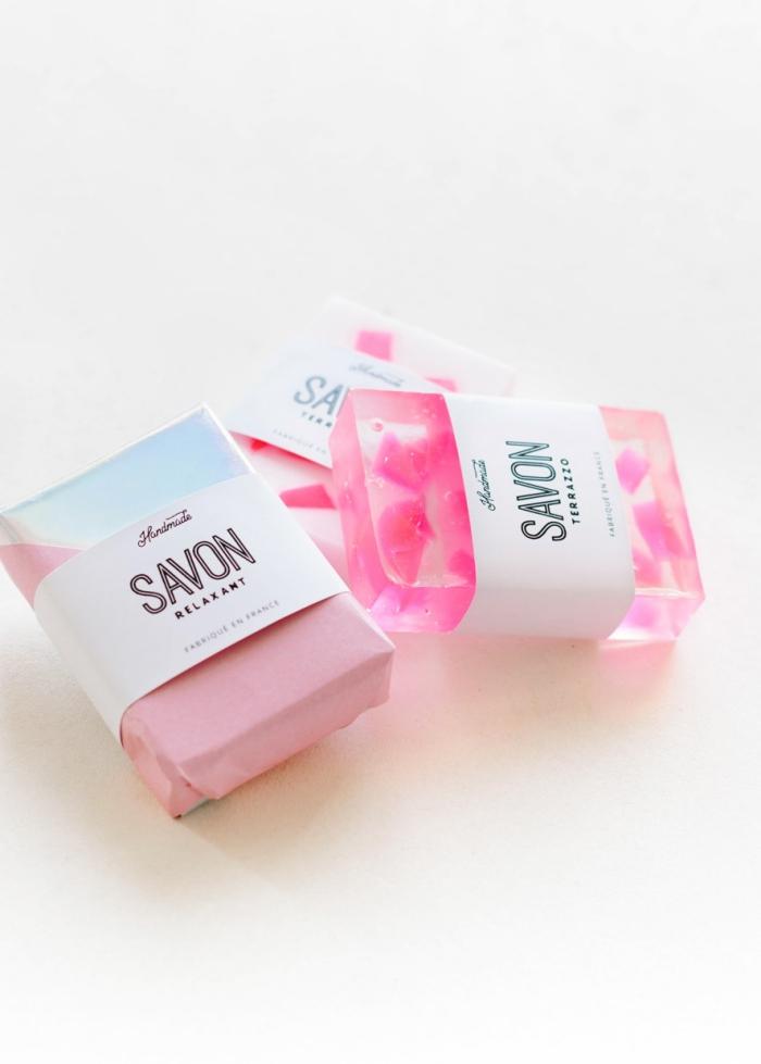 geschenke für frauen ideen diy, seife gießen, kosmetik aus natürlichen produkten, rosenöl