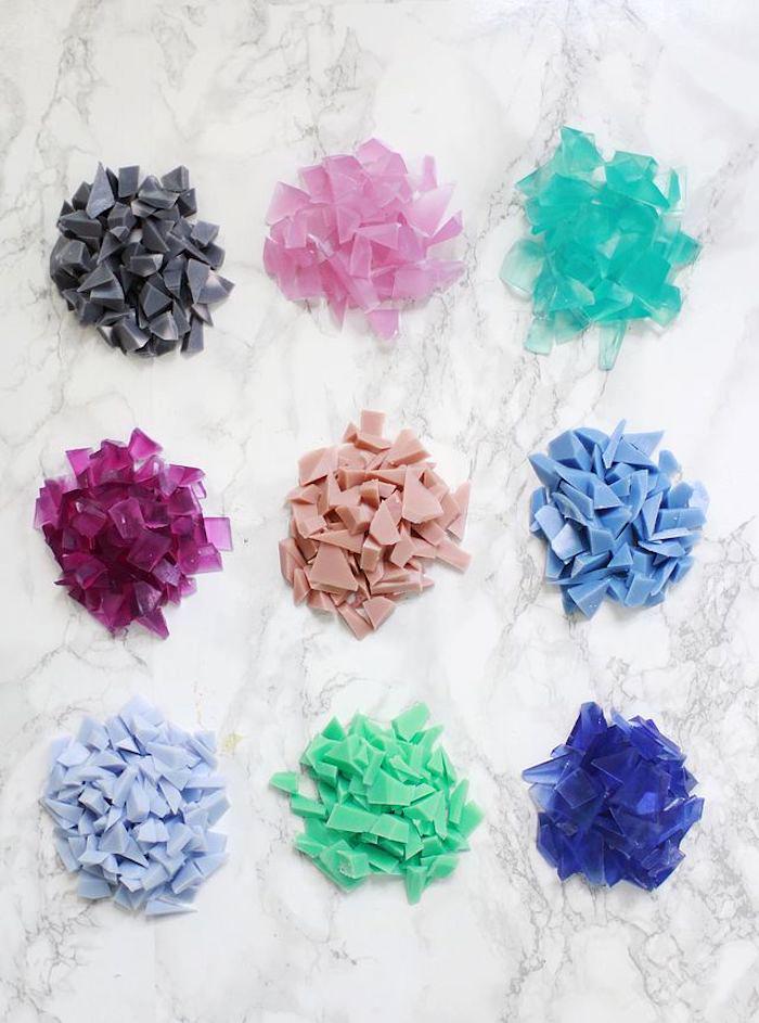 seife gießen, seifen diamanten sleber machen, kleine stückchen seifen in bunten farben