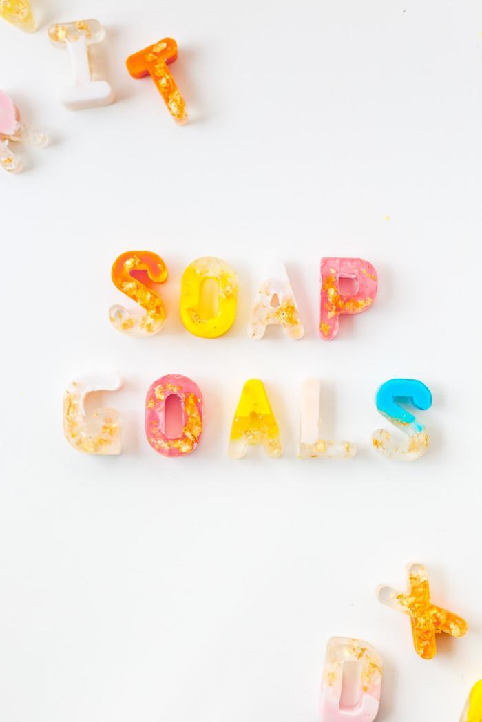 seife selber machen ideen und anleitungen, bunte siefen buchstaben dekoriert mit blattgold