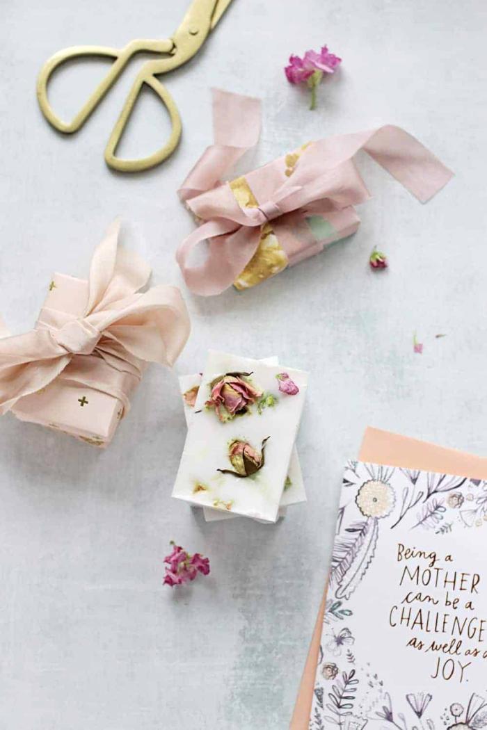 seife selber machen, diy geschenke zum muttertag, getrocknete rosenblüten, muttertagsgeschenk ideen