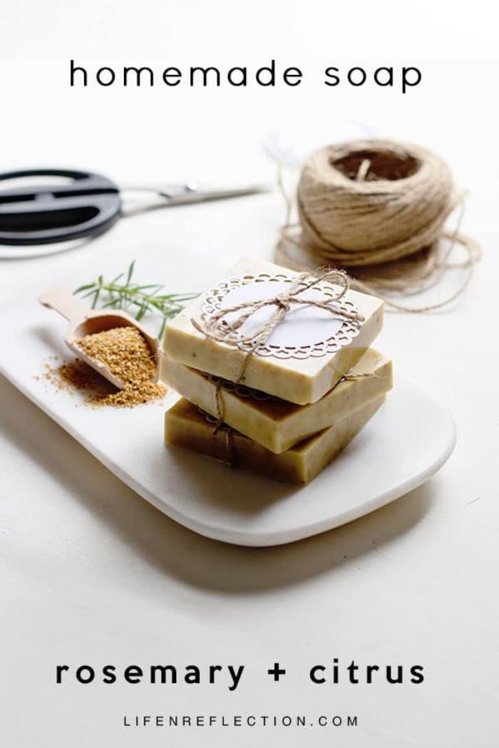 seifen rezepte einfach, diy egschenk für frau, seife mit rosmarin und zitrusduft, tutorial