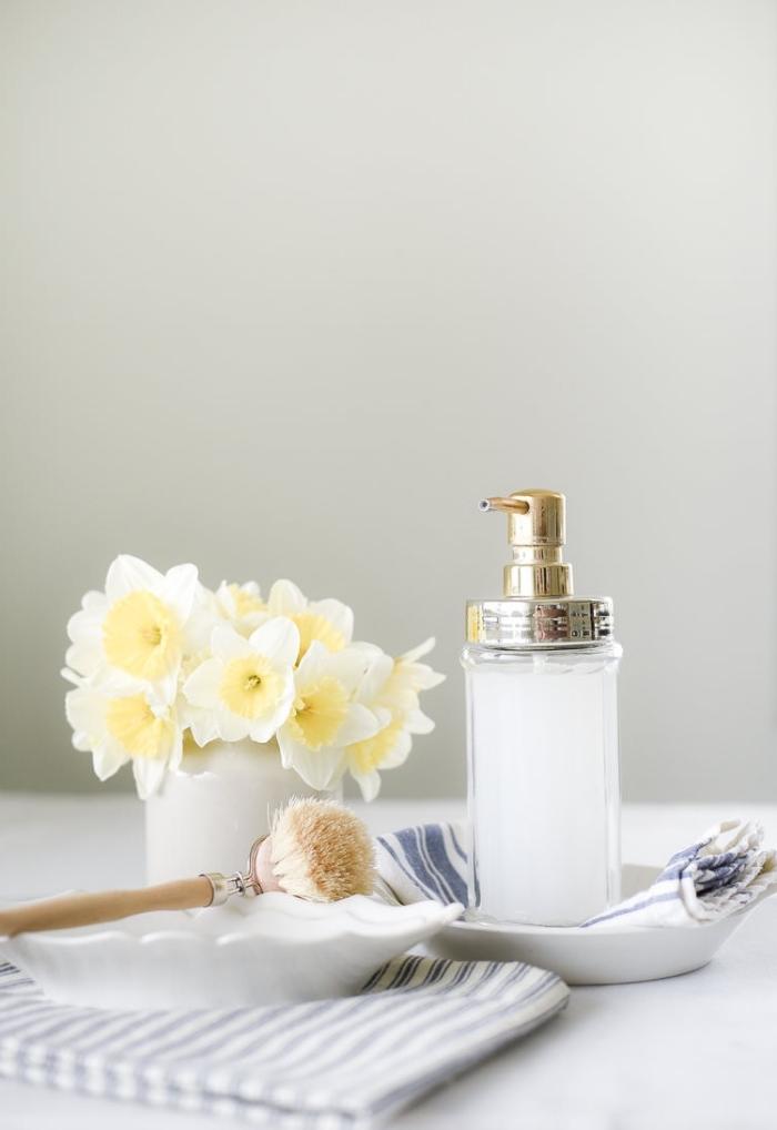 seifen rezepte, flüssige seife mit kokos, vase mit blumen, selsbtgemachte kosmetik aus natürlichen produkten
