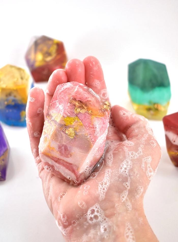 seifen rezepte, gemstone seidfe mit blattgold, bunte edelsteine, muttertagsgeschenk ideen