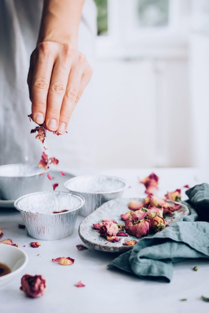 seifne rezepte, getrocknete rosenblätter und rosenblüten, muffinformen, muttertagsgeschenk ideen