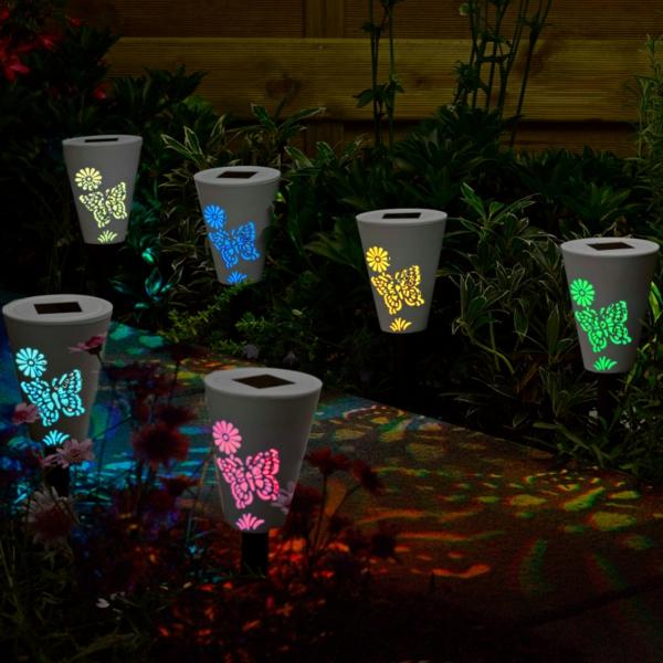 Wunderschöne Solarleuchten Für Garten! Wunderschöne Solarleuchten    Leuchtende Schmetterlinge   Foto In Der Nacht Genommen