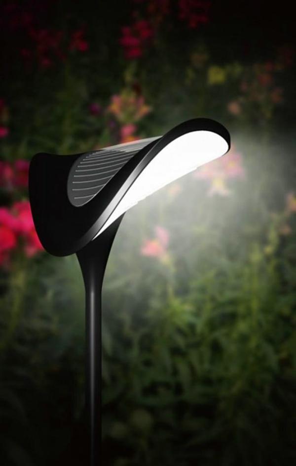 moderner garten mit einer coolen solarlampe