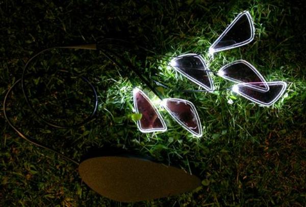 moderne solarleuchten - gelegt aufs gras im garten