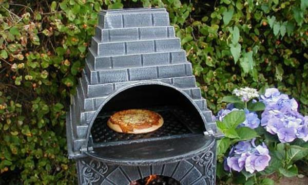 pizza in einem coolen pizzaofen im garten