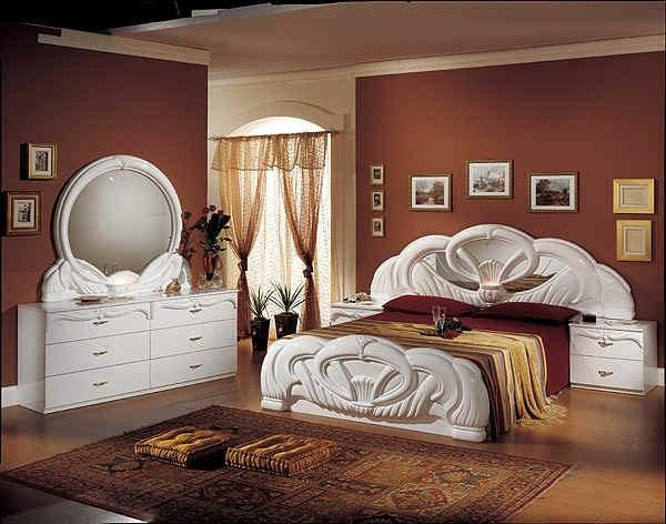 italienisches schlafzimmer - elegantes bett und weißer spiegelschrank