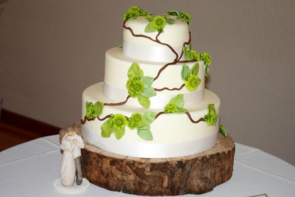 feier zur hölzernen hochzeit - torte in weiß und grün