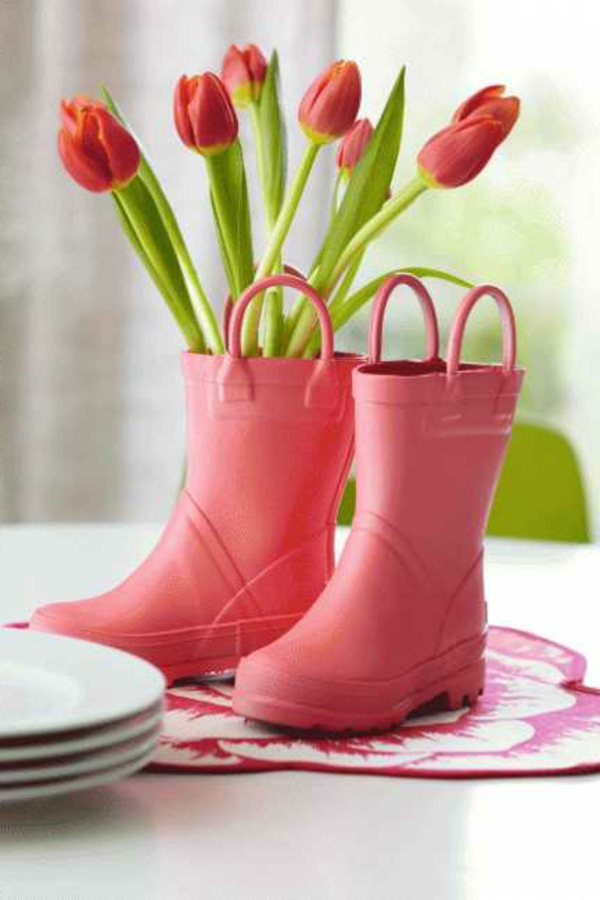 schnittblumen-tulpen-stiefel-rot-tischdeko-akzent-setztend