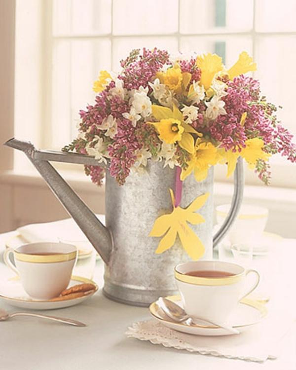 gieß-kanne-als-vase-gelbe-rosane-weiße-blühten-tisch-dekoration