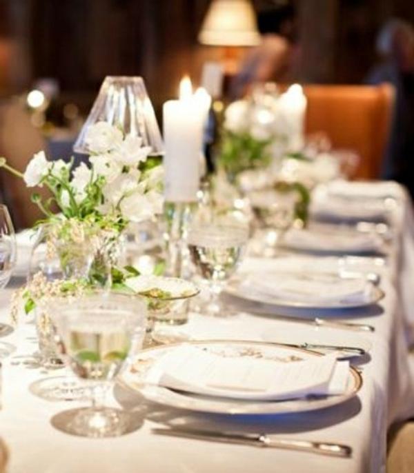 tisch-dekoration-frühling-weiße-rosen-gläser-schlicht