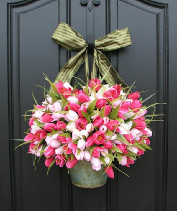 coole wudnerschöne idee zum frühling - strauß aus tulpen an der tür