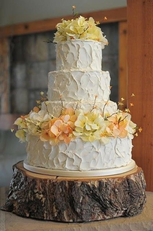 feier zur hölzernen hochzeit - mit einer großen weißen torte