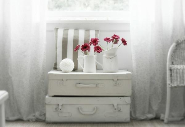 Wohnzimmer-weiß-mit-rote-blumen-in-vasen-weiß