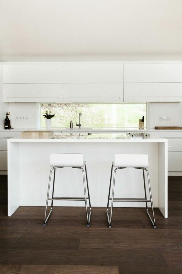 super-coole-küchenbar-fantastische-wohnideen-für-die-küche-hocker-in-weiß