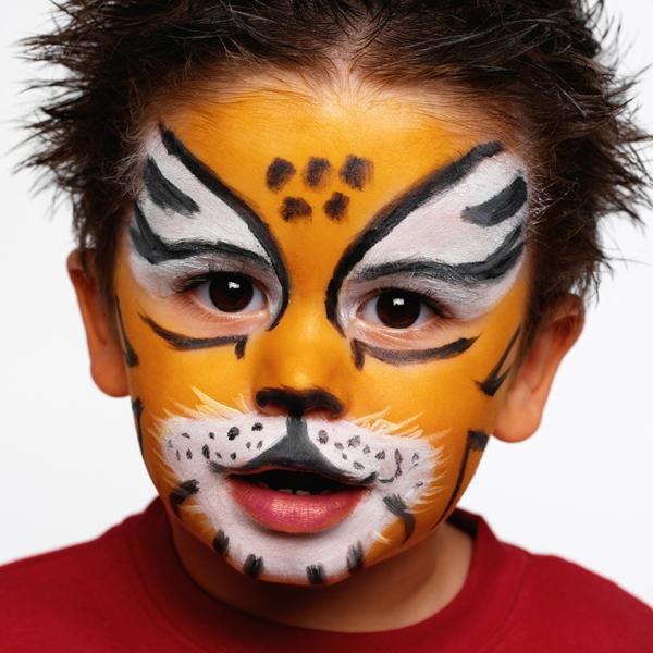 super-junge-mit-einem-tiger-schminken