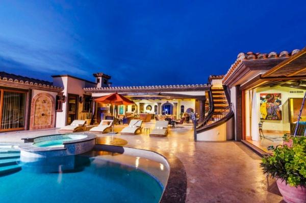 super-luxus-villa-mit-einem-fantastischen-pool-luxuriöses-design