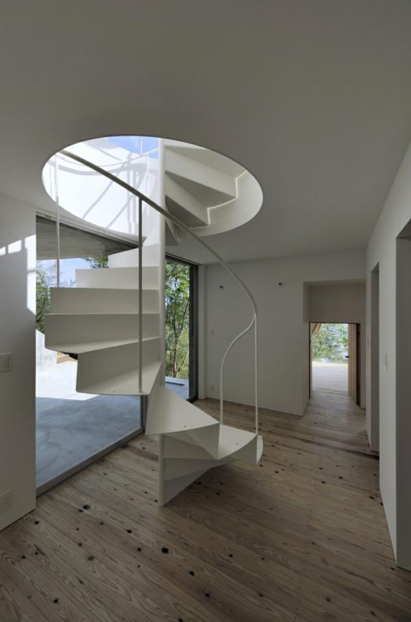 super-moderne-Innentreppe-in-weißer-Farbe