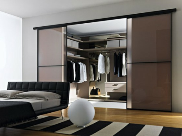 mit schiebet ren modernes design begehbarer kleiderschrank. Black Bedroom Furniture Sets. Home Design Ideas
