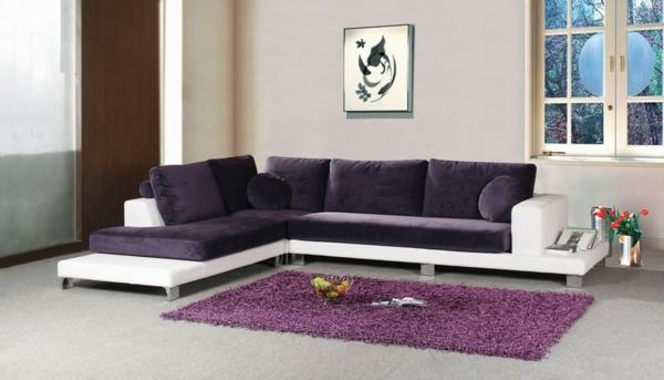 super-originelles-sofa-in-lila-und-weiß-einrichtungsideen
