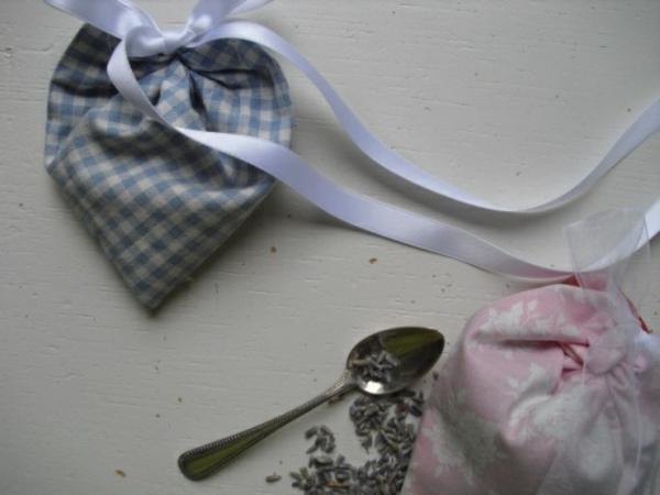 tütchen-wird-mit-lavendel-gefüllt