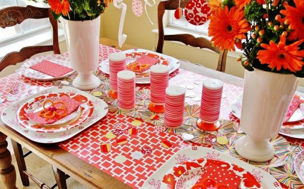 rote-tisch-dekoration-stylisch-quadrate-weiße-vasen-kerzen-rot
