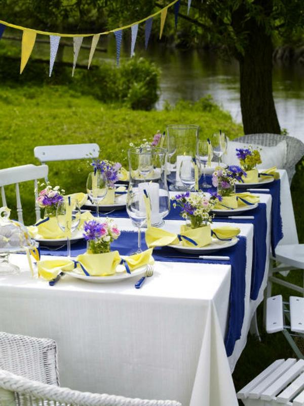 sommer-tisch-deko-pflanzen-blau-violett-gelb-kerzen