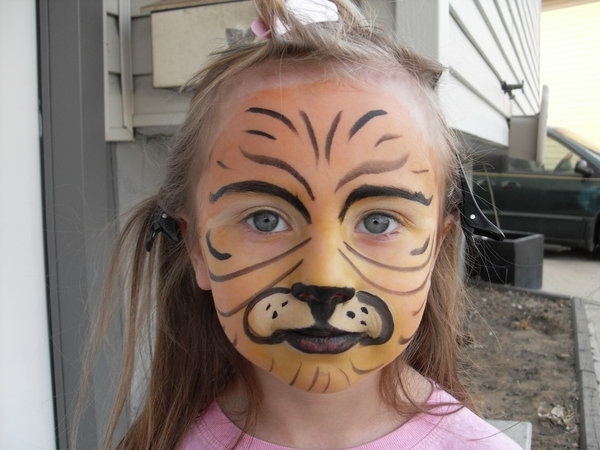 tiger-schminken-ein-süßes-mädchen
