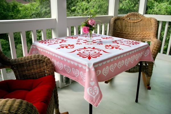 tischdecken-mit-originellem-design-in-weiß-und-rot