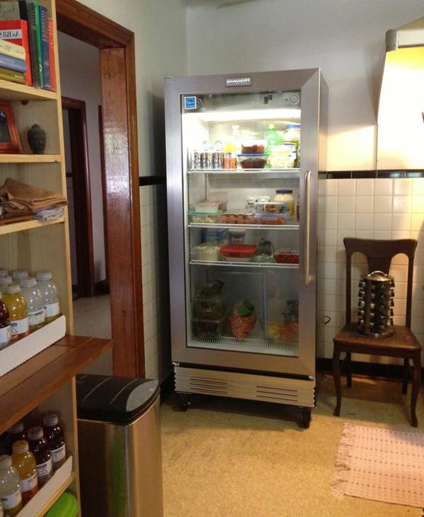 tolle-Wohnidee-Kühlschrank-mit-Glastür-