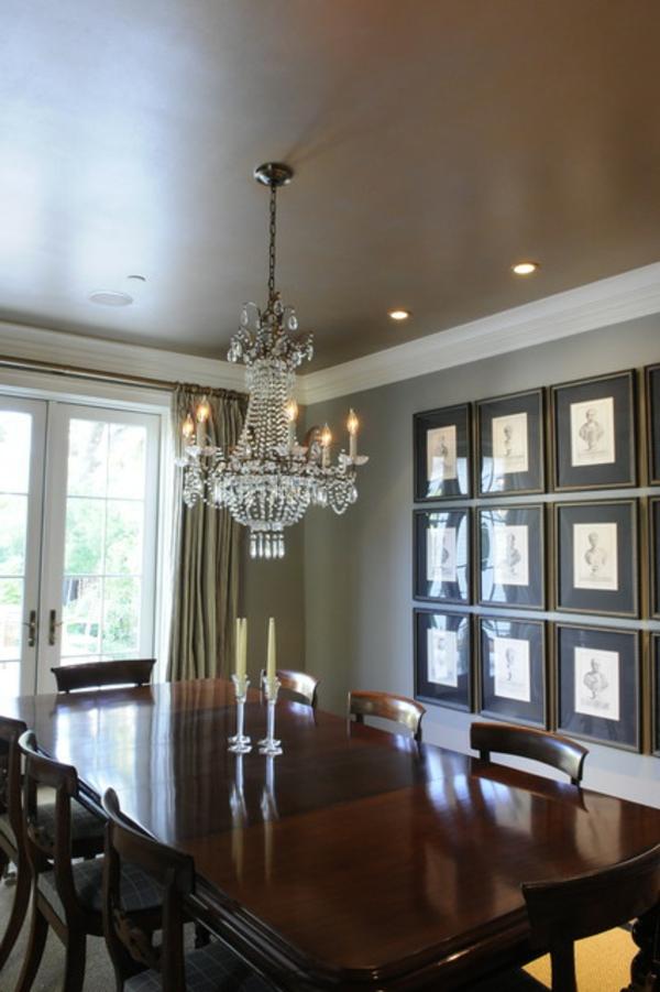 aristokratisch aussehendes esszimmer - mit einer zimmerdecke in brauner farbe