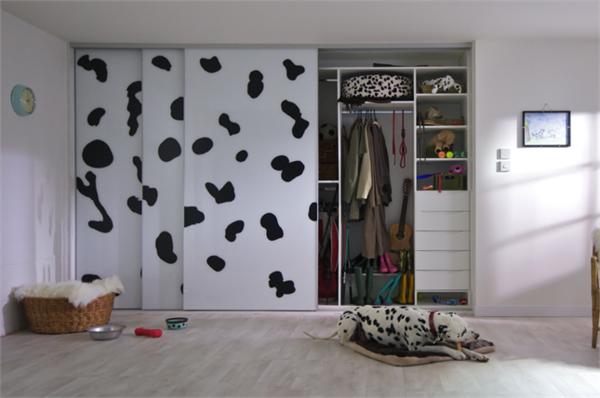 unikaler-Kleiderschrank-mit-Schiebetüren-schöne-Ideen-für-Interior-Design