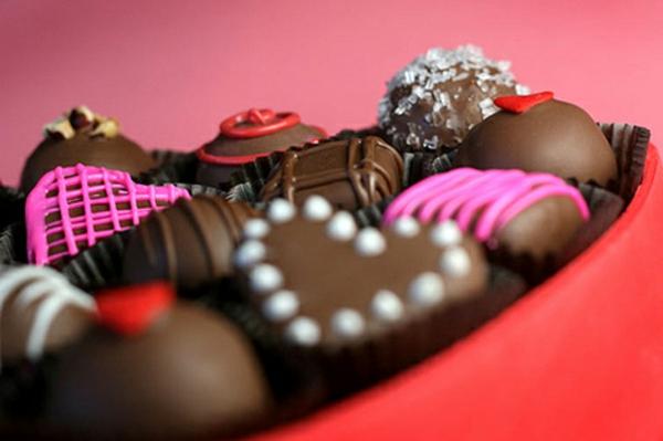 geschenke-box-herzen-schokolade-dekoriert