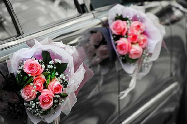 super schöner auto schmuck zur hochzeit - blumensträuße aus rosen