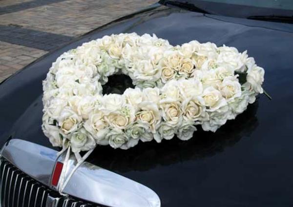 idee für autoschmuck zur hochzeit - herz aus weißen rosen