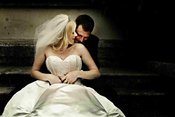 ckeckliste für hochzeit machen - schönes ehepaar sitzt auf den treppen