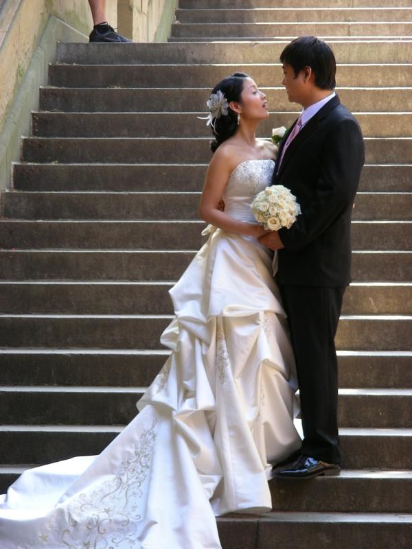 ckeckliste für hochzeit machen - schönes ehepaar auf den treppen
