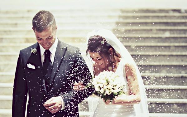 ckeckliste für hochzeit machen - ehepaar auf den treppen